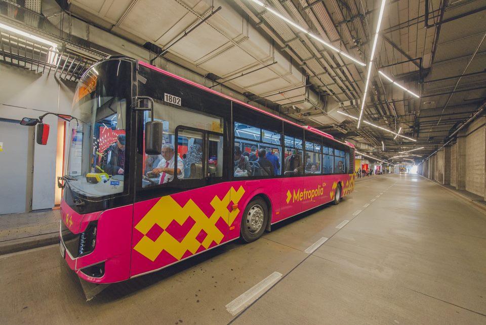 Autobus w kolorze fuksji podczas postoju na przystanku
