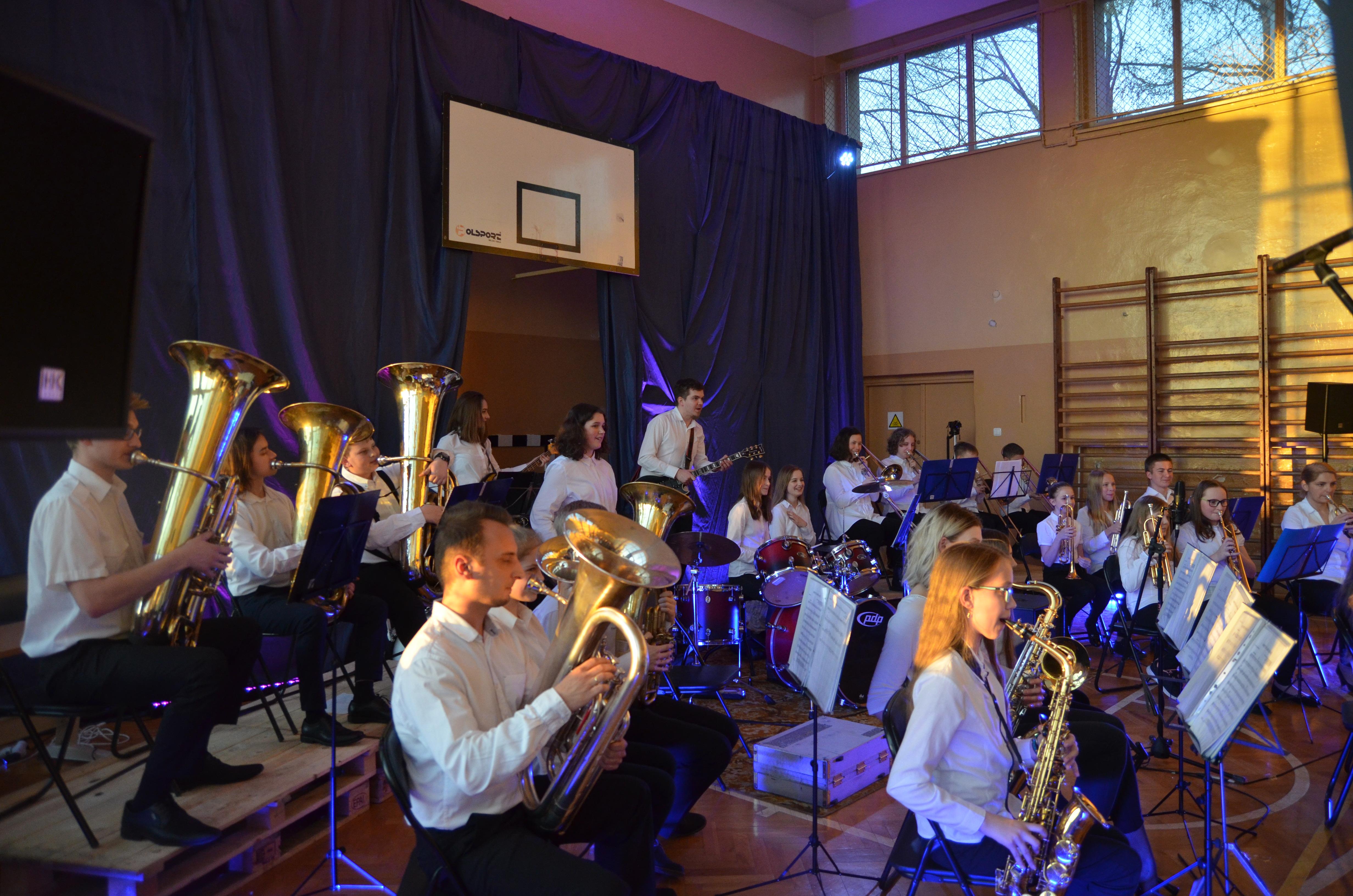 Grupa ludzi grająca na instrumentach podczas koncertu