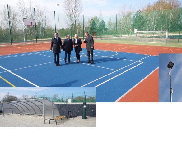 Dwa zdjęcia. Górne przedstawia władze miasta podczas otwarcia obiektu. Dolne- fragment widowni.