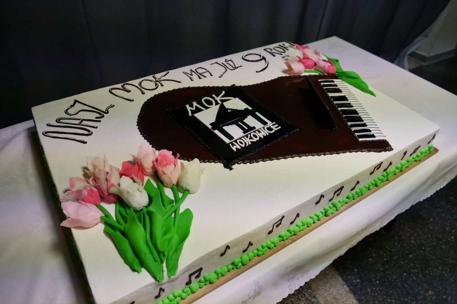Tort urodzinowy z logiem MOK-u