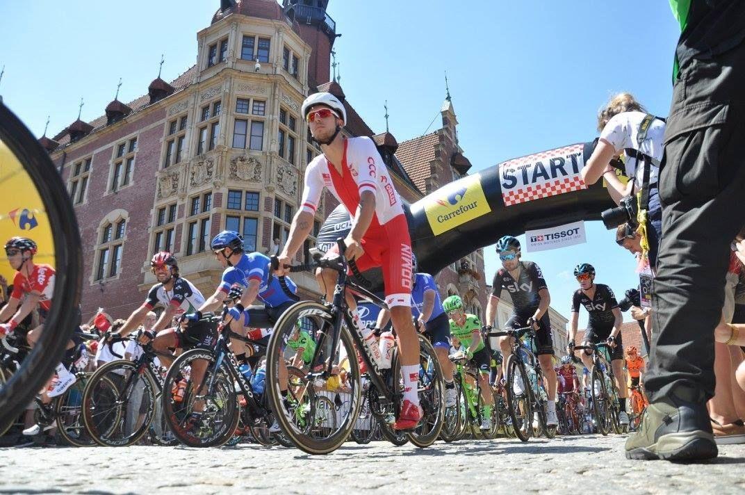 Tarnowskie Góry. Kolarze na starcie etapu Tour de Pologne w Tarnowskich Górach.