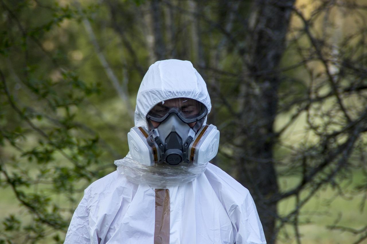 Mężczyzna w stroju ochronnym do usuwania szkodliwych substancji