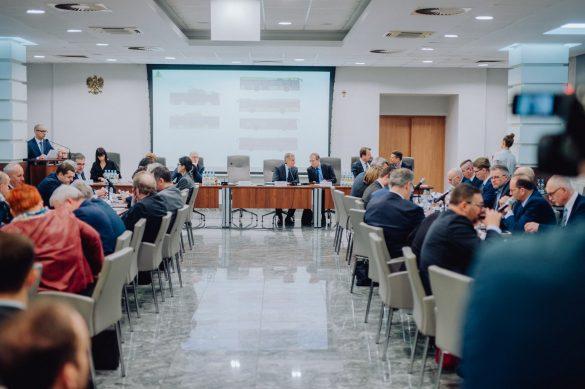 Włodarze miast i gmin siedzący przy stołach podczas Zgromadzenia