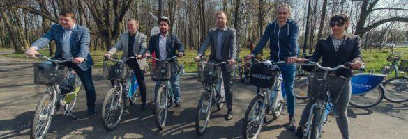 Grupa osób na rowerach