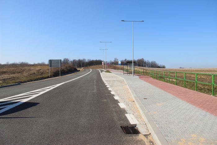 Widok drogi asfaltowej z chodnikiem