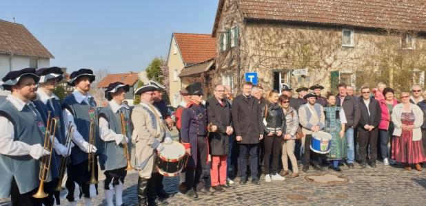 Grupa ludzi stojąca obok siebie