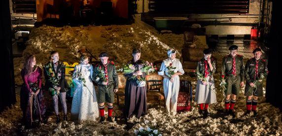 zakończenie spektaklu w Teatrze Zagłebia. Aktorzy z kwiatami.