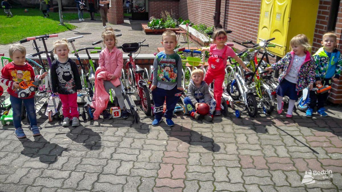 Dzieci biorące udział w Rowerowym maju