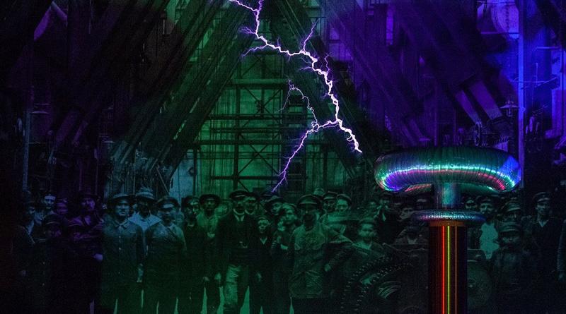 Fotomontaż przedstawiający robotników z XIX wieku. Nad nimi wyładowanie elektryczne.