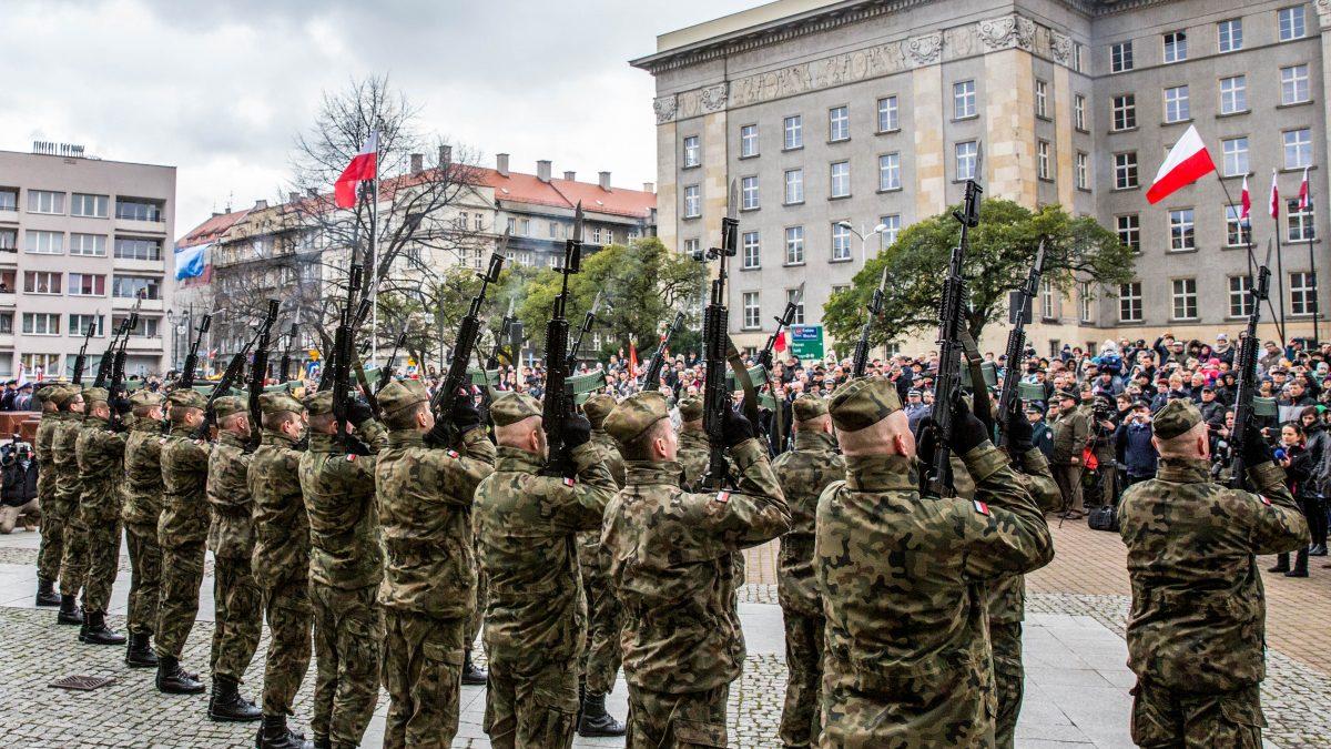 Żołnierze w mundurach prezentują się na Placu Piłsudskiego pod Urzędem Marszałkowskim