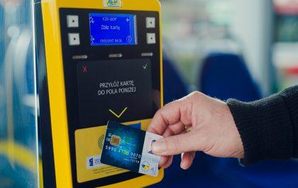 Śląska Karta Usług Publicznych (w skrócie ŚKUP) jest przykładana do czytnika, znajdującego się w pojeździe komunikacji miejskiej
