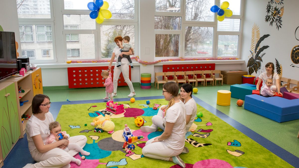 Kolorowy dywan żłobku, na którym bawią się dzieci