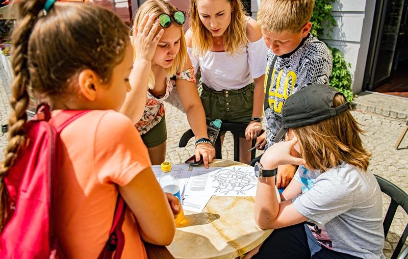 Grupa osób analizujących mapę
