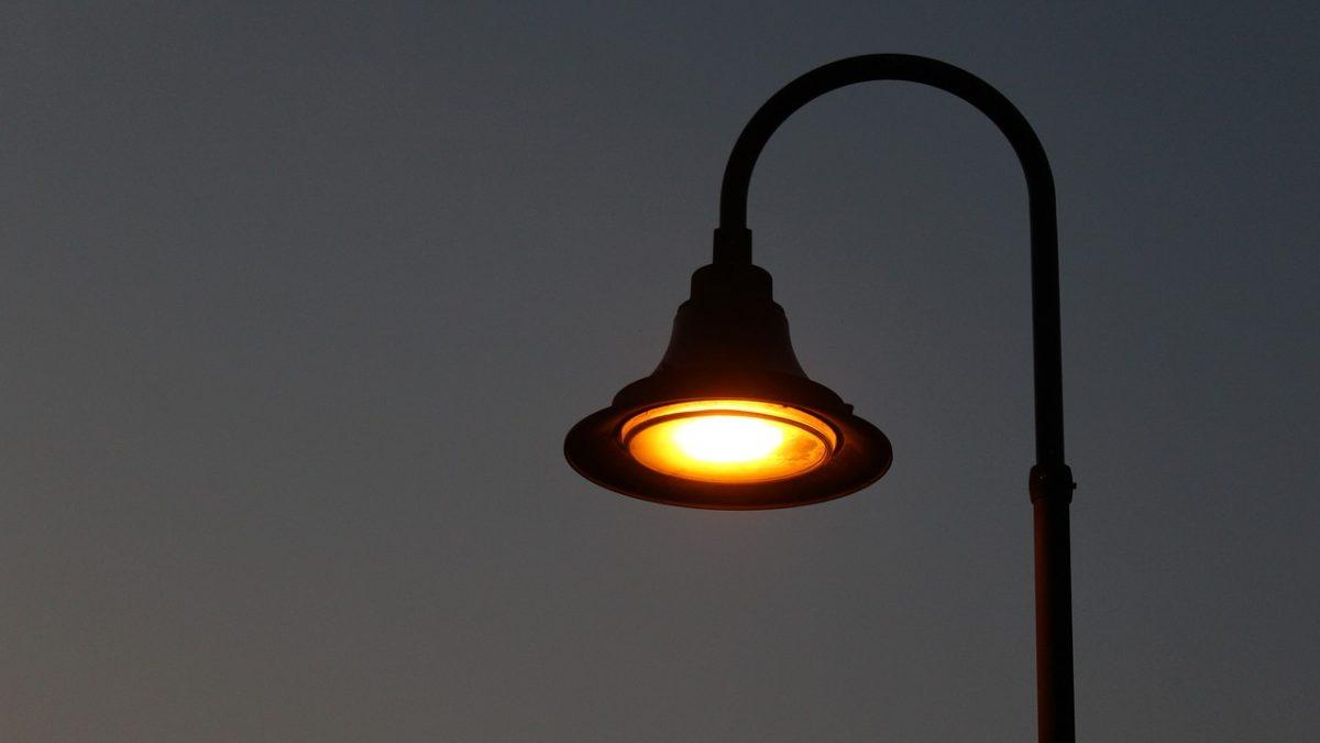 Uliczna latarnia. Zdjęcie nocne.