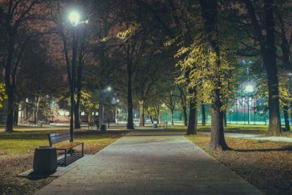 Park z alejką, latarniami oraz drzewami