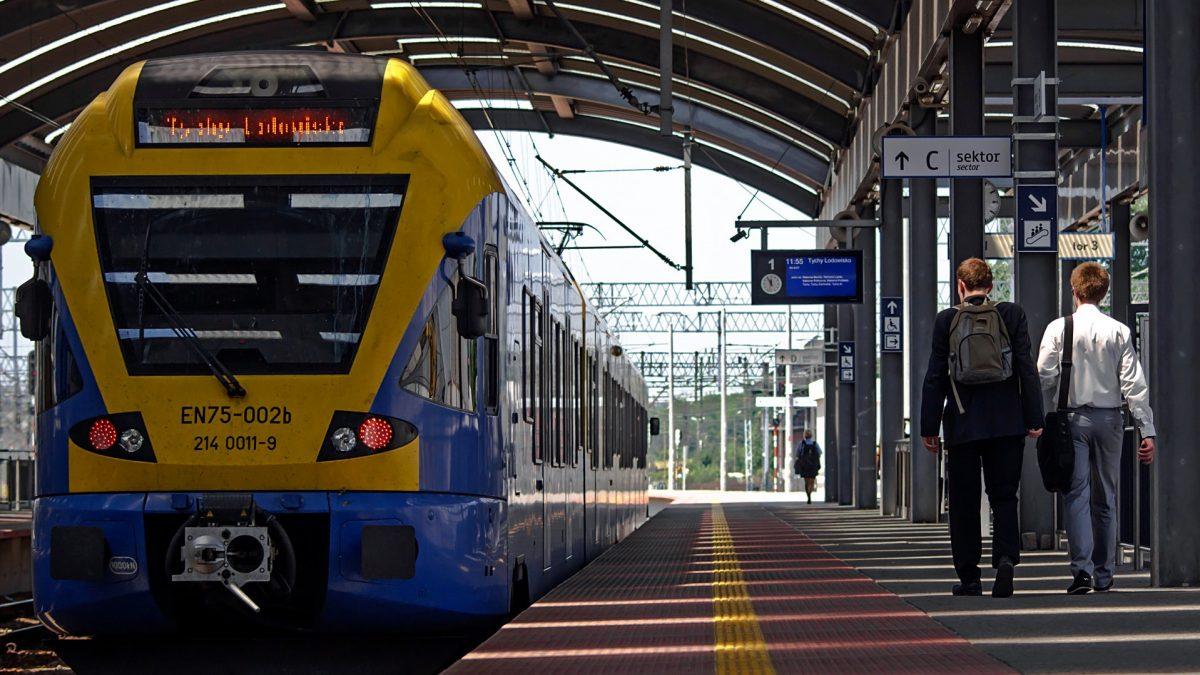 Pociąg Kolei Śląskich na peronie dworca w Katowicach