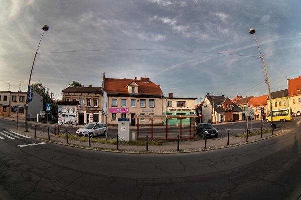 ulica, przystanek, w tle budynki