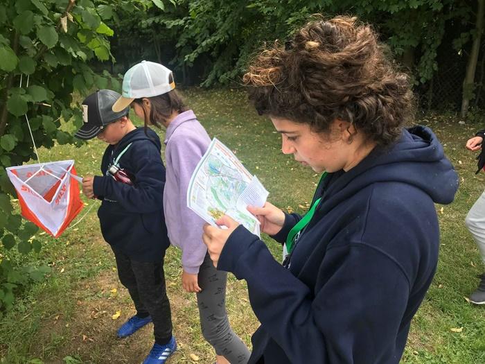 Grupa młodzieży czytająca mapę i wskazówki