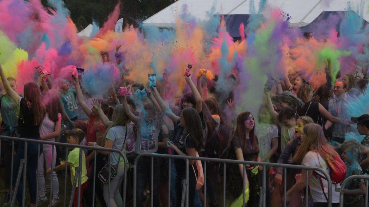 Publiczność podczas festiwalu kolorów