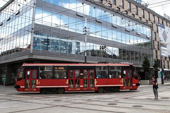 Tramwaj linii nr 14 przejeżdżający przez centrum Katowic