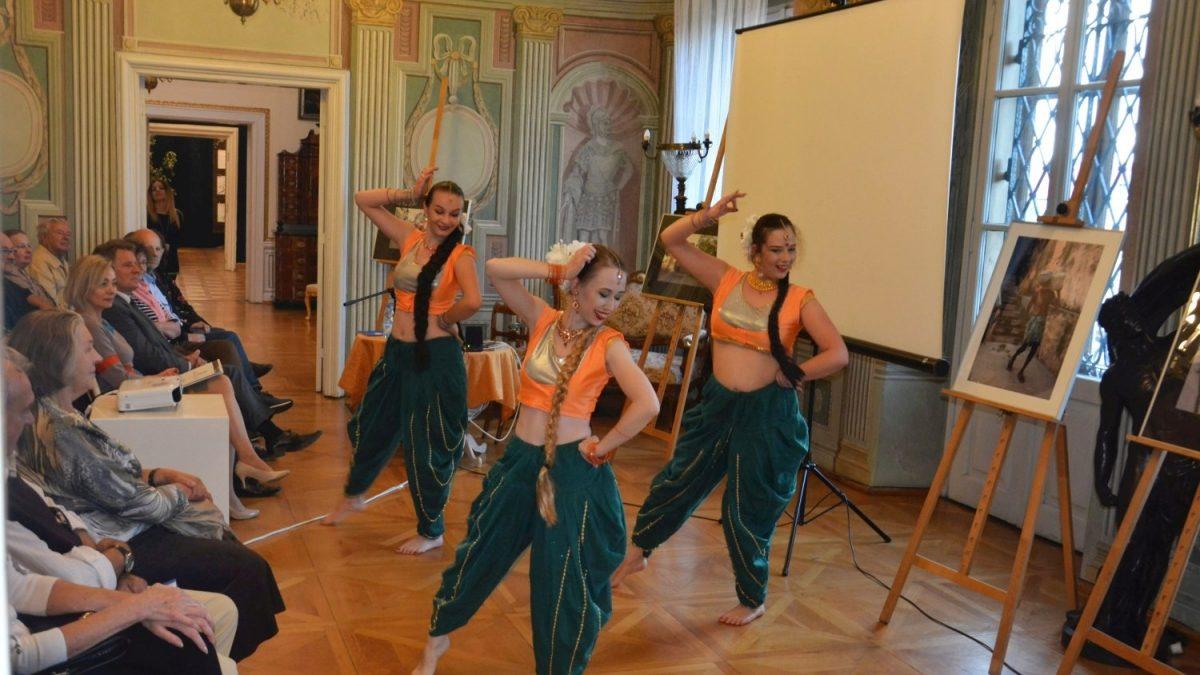 Tancerki z grupy Kahani
