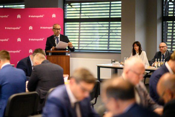 Przewodniczący zarządu GZM Kazimierz Karolczak przy mównicy przedstawia sprawozdanie z działalności zarządu