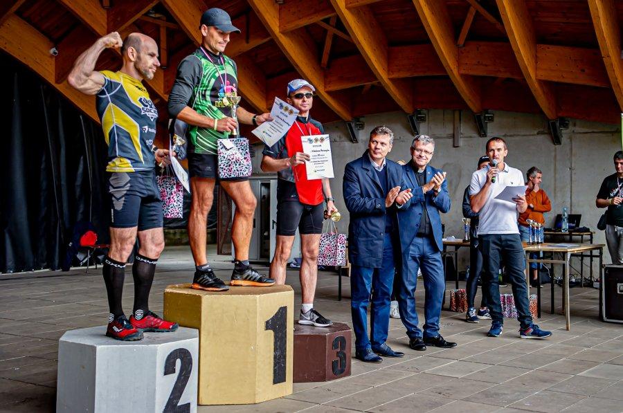 Zwycięzcy biegu na podium