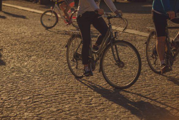 Trzech rowerzystów jadących na rowerze