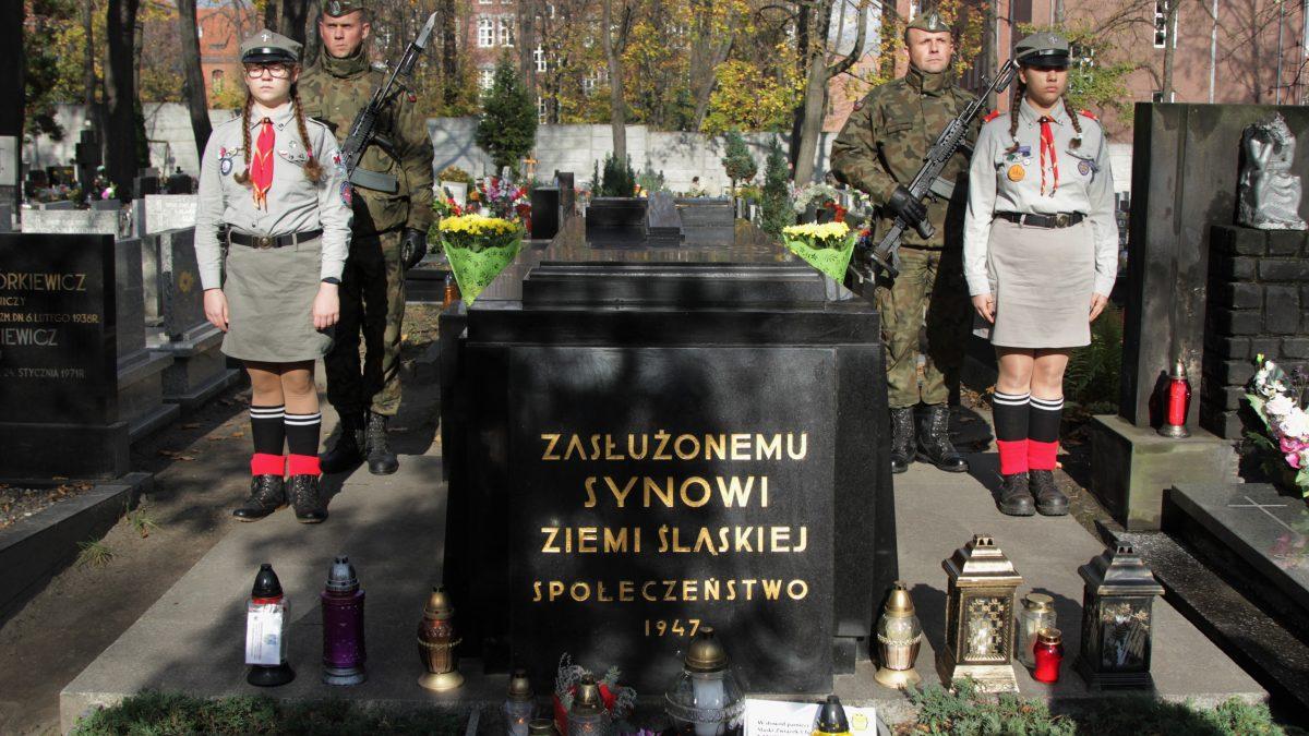 Harcerze i żołnierze przy grobie Wojciecha Korfantego