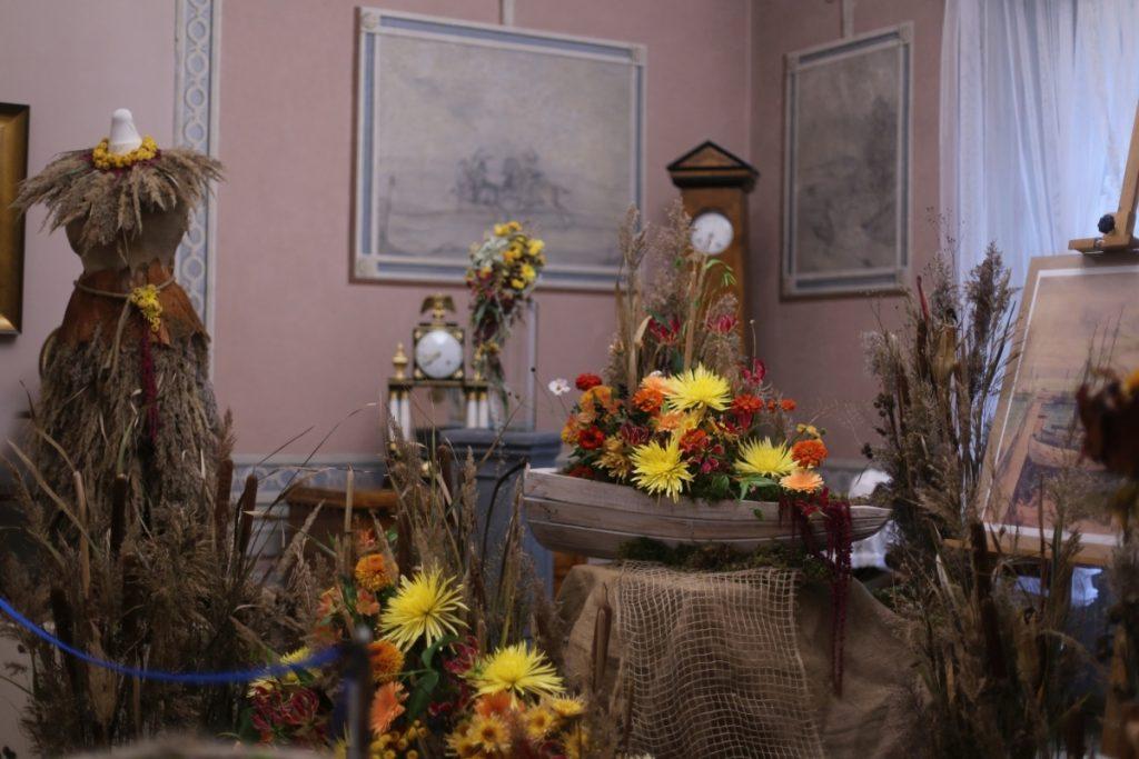 Kompozycja kwiatowa w formie statku we wnętrzu pałacowym