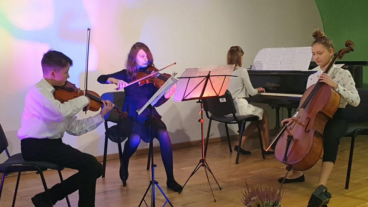 Grupa młodych muzyków grająca na instrumentach smyczkowych