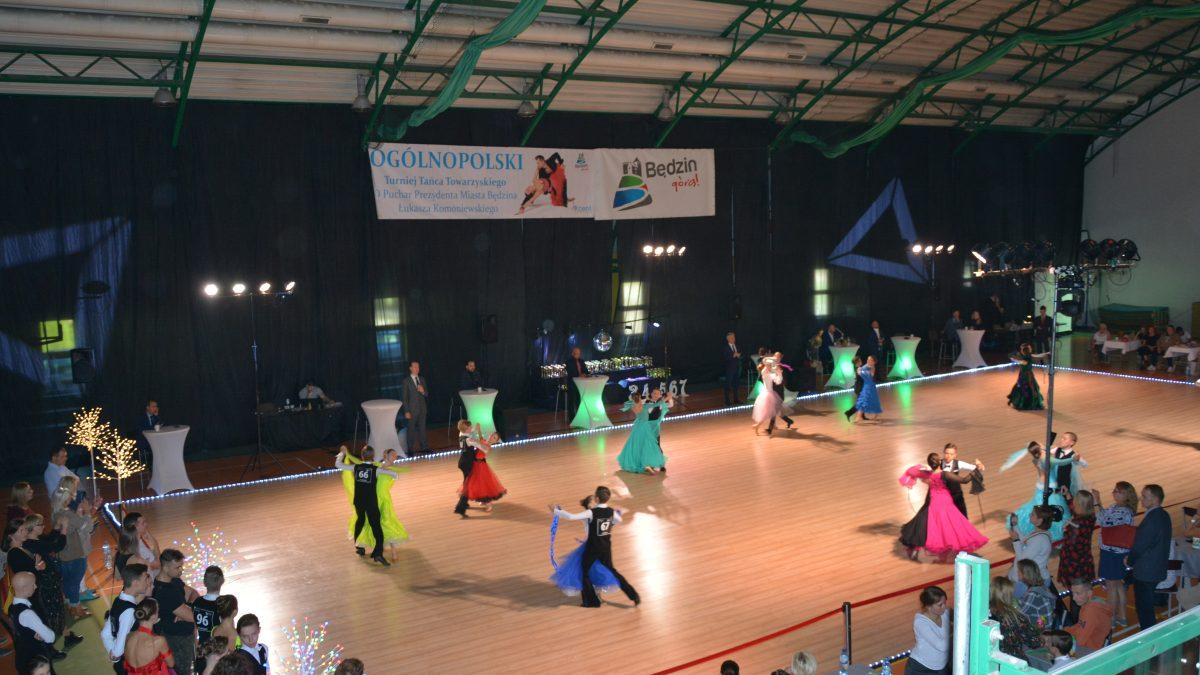Hala sportowa w Łagiszy, tańczące pary, zdjęcie z góry