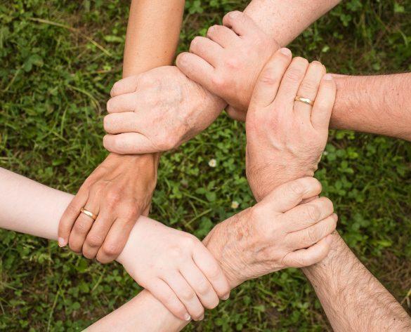 Splecione ręce kilku osób