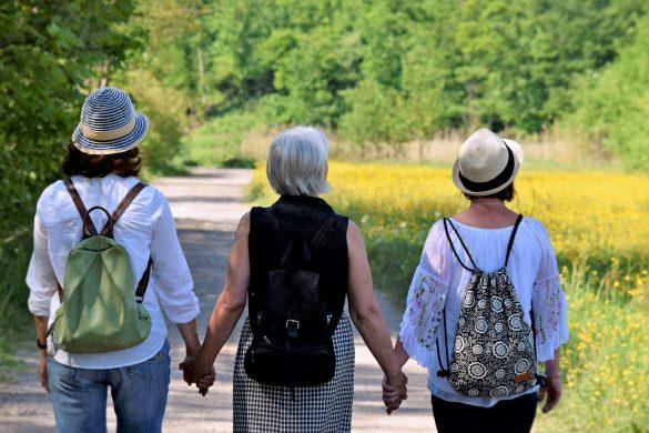 Trzy kobiety podczas spaceru
