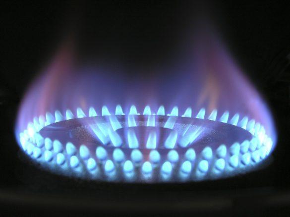 Płonący gaz na palniku