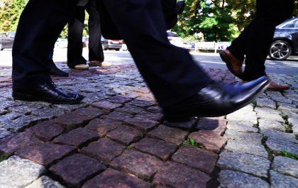 Foto nóg pieszych przechodzących przez jezdnię