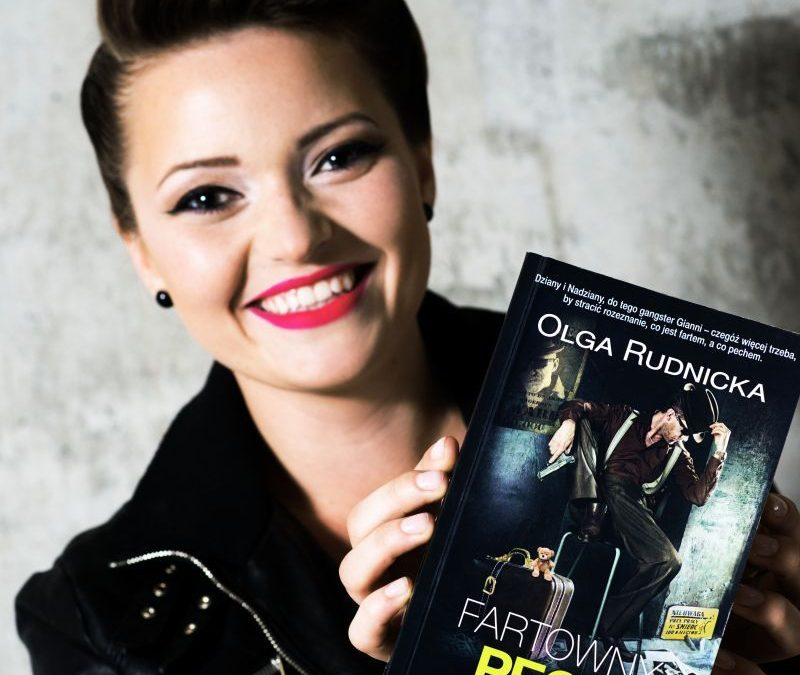 Olga Rudnicka z książką w ręce