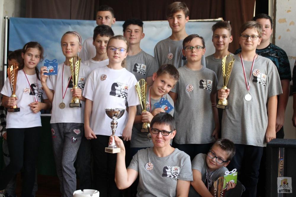 Zdjęcie grupowe młodych szachistów