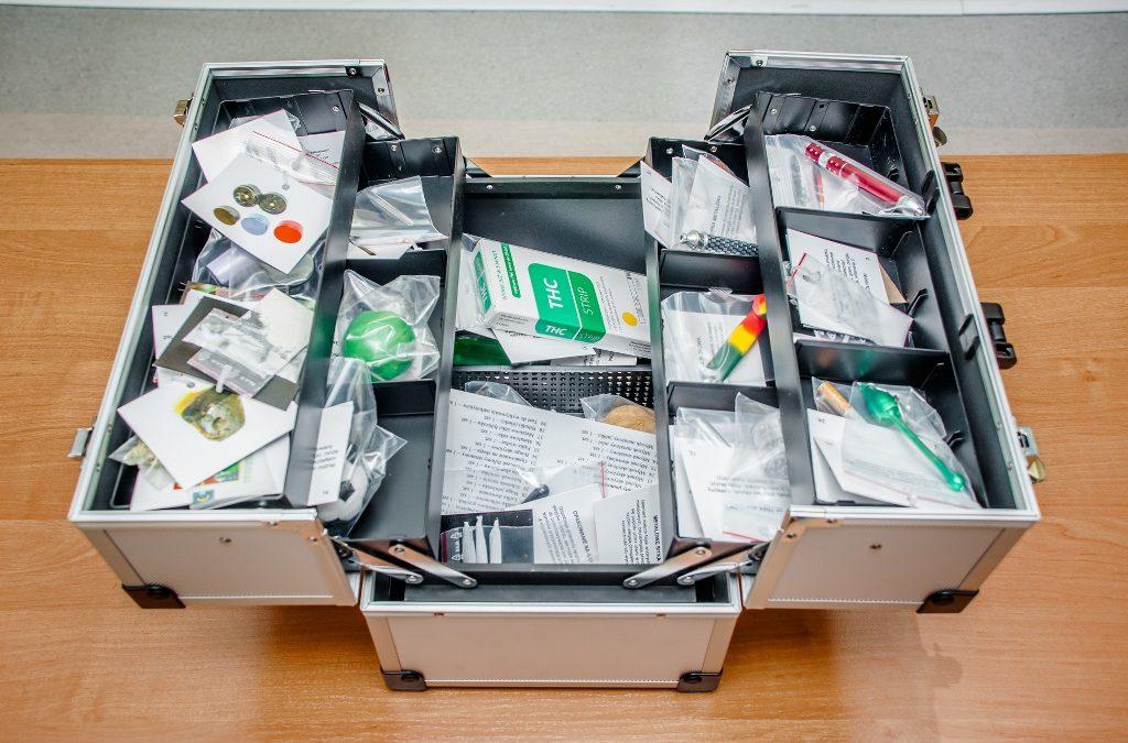 """Narkotyki mogą być wszędzie – """"walizki edukacyjne"""" pomogą zachować czujność"""