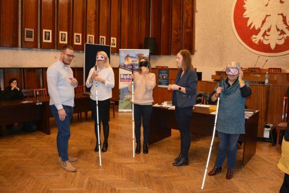Uczestniczki warsztatów trzymające w dłoni laski dla niewidomych