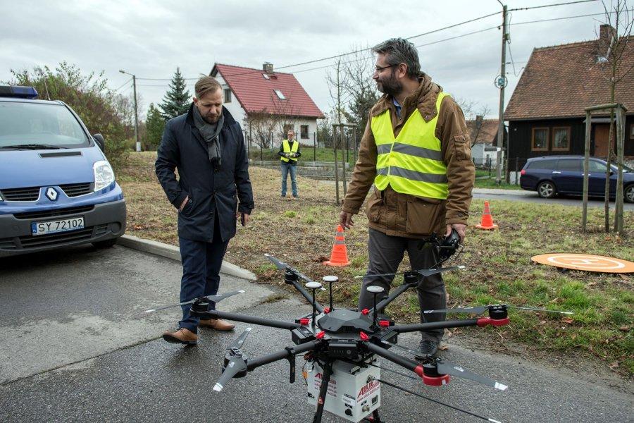 W Bytomiu dron sprawdza, czym pali się w piecach