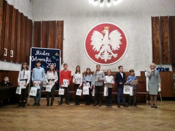 Zdjęcie grupowe laureatów konkursu wraz z panią Wiceprezydent Miasta Będzina