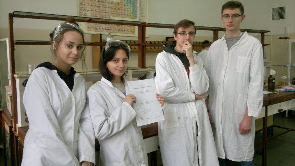 Uczniowie w strojach laboratoryjnych