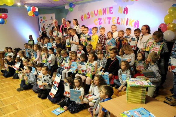 Zdjęcvie grupowe młodzi czytelników trzymających książeczki