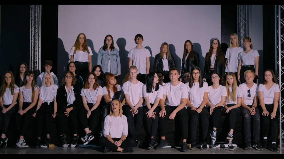 Zzdjęcie zbiorowe uczniów- autorów teledysku