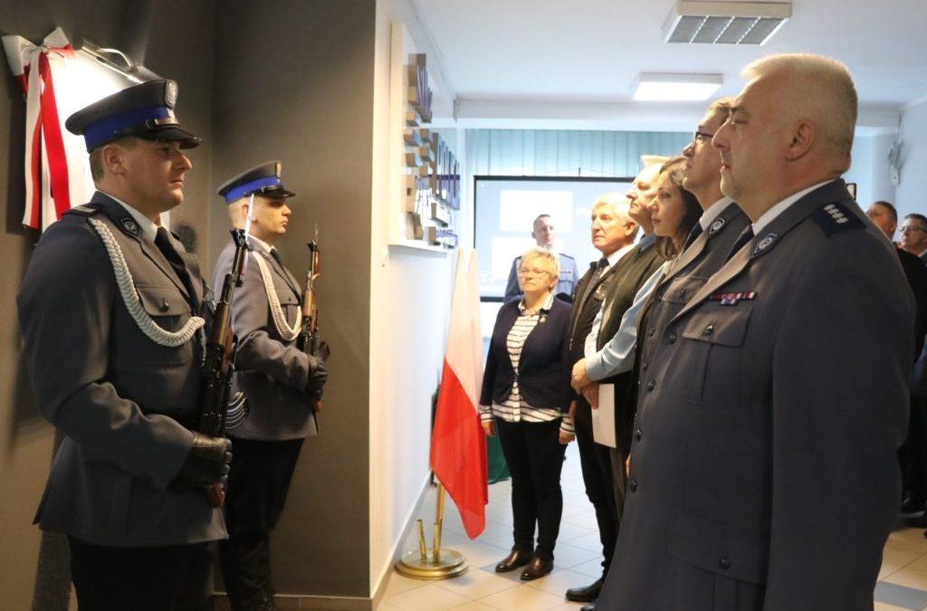 przedstawiciele urzędmu miasta piekary śląskie oraz policji oddali hołd zamordowanemu policjantowi.
