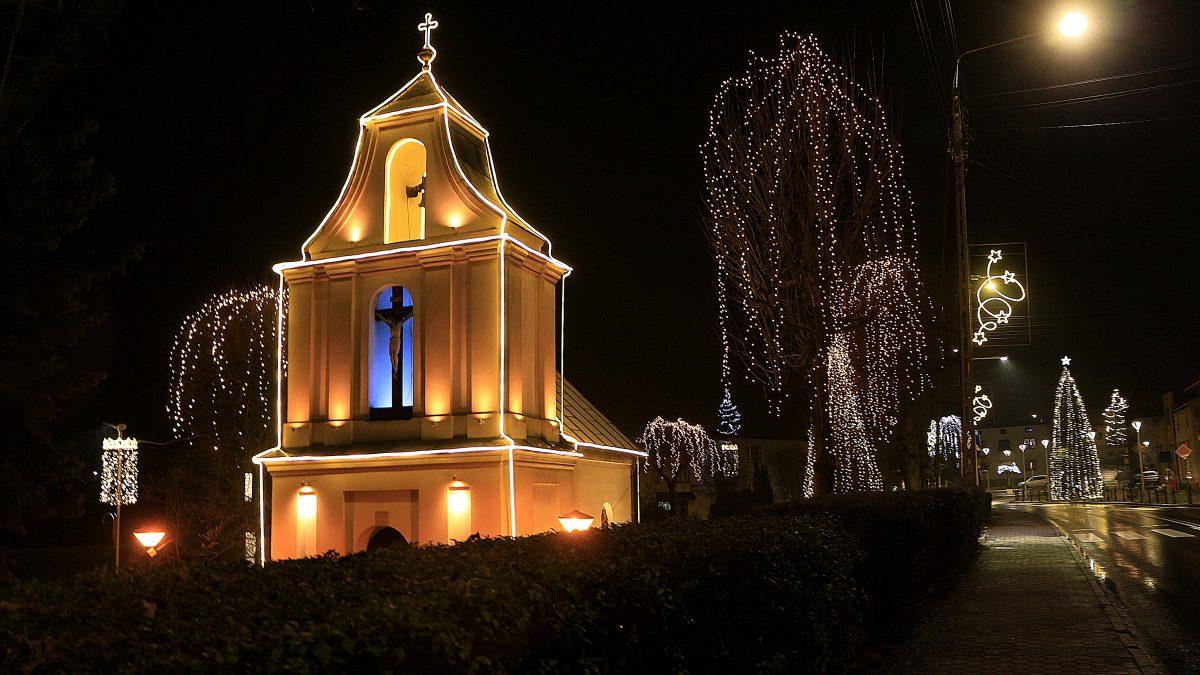 Kościół w Imieline w świątecznej iluminacji