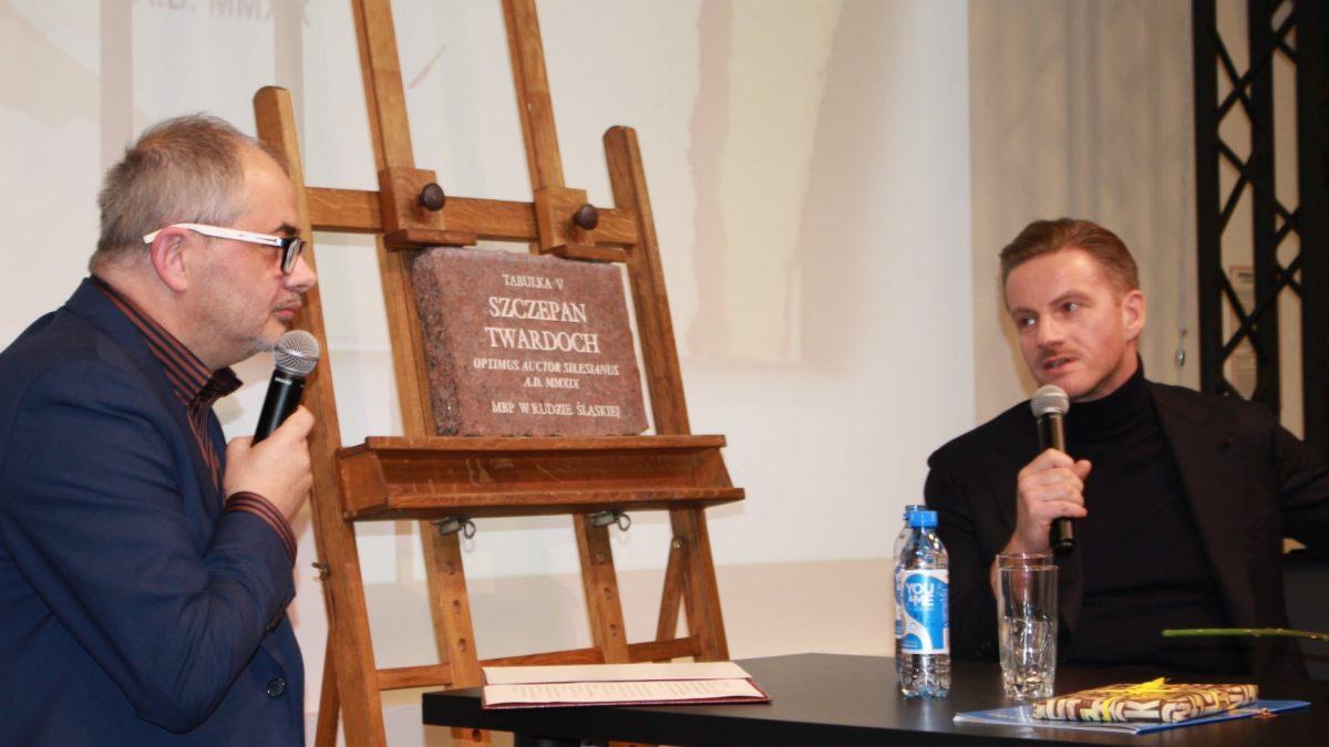 Wręczenie Szczepanowi Twardochowi nagrody Miejskiej Biblioteki Publicznej w Rudzie Śląskiej