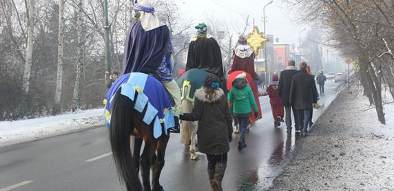 Orszak Trzech Króli przechodzący ulicami miasta