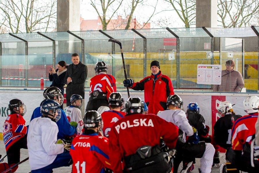 Hokeiści Polonii Bytom trenują na powstającym lodowisku